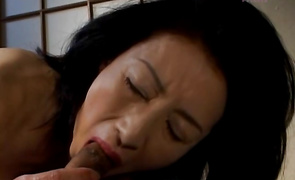Fascinating beauty Makiko Miyashita spreads her legs wide to welcome a knob